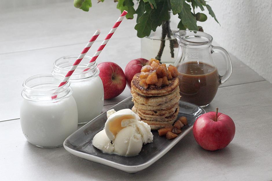American pancakes med äpplekompott, kolasås och glass