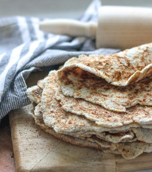 Glutenfritt tunnbröd i stekpanna med vitkål
