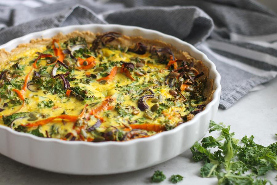 Vegetarisk grönkålspaj med rödlök, morot och pumpafrö