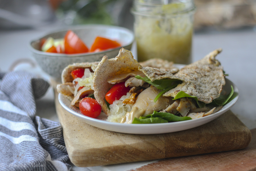 Glutenfri wrap med kyckling, surkål och tahini