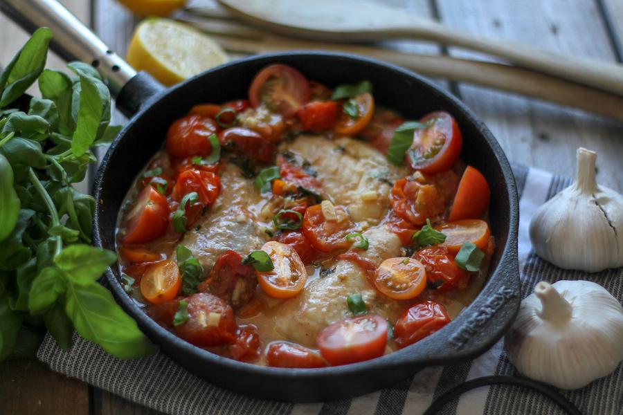 torsk med tomat, basilika och vitlök