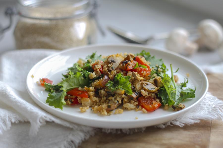 Ljummen quinoasallad med paprika, champinjoner och grönkål