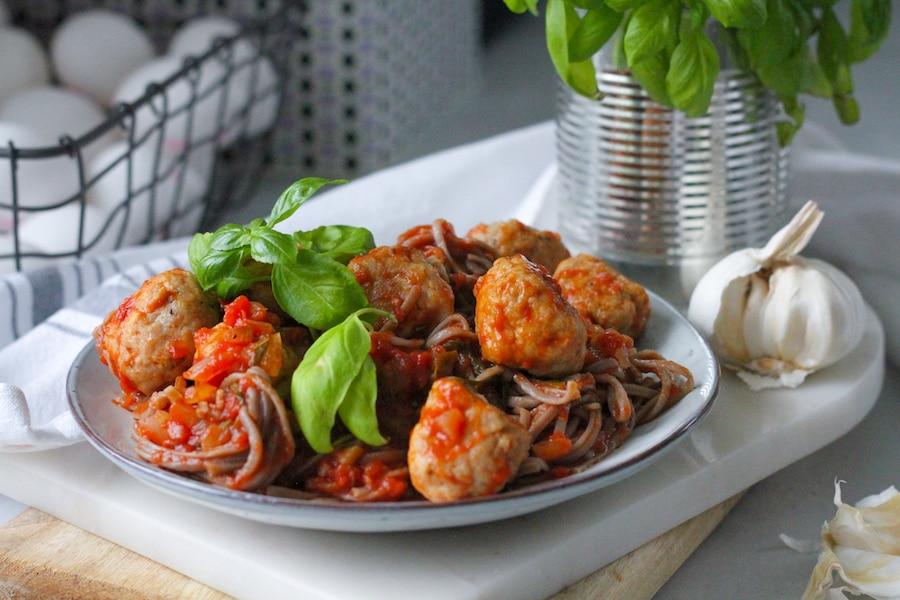 Kycklingköttbullar i tomatsås med basilika